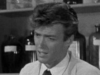 Clint Eastwood nel ruolo di Jennings (un tecnico di laboratorio) in La vendetta del mostro - 1955